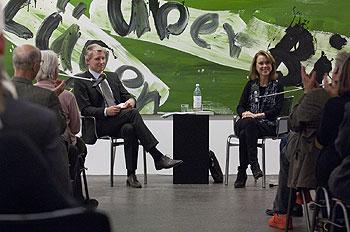 zwei Personen auf dem Podium