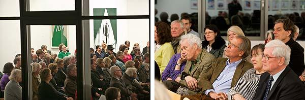Blick durchs Fenster auf die Zuhörer und Nahaufnahme einiger Gäste
