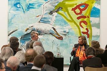 Ein Herr und eine Dame im Gespräch auf dem Podium