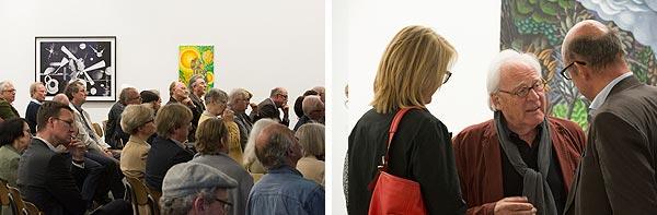 Blick auf die vollbesetzten Reihen und drei Personen im Gespräch
