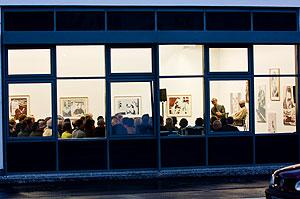 Blick durch das Fenster auf die Gesprächsteilnehmer
