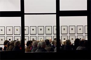 Blick durch das Fenster auf die Zuhörer