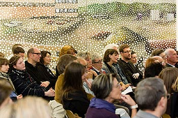 Zuhörer vor einem Gemälde