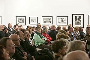 Publikum hört aufmerksam zu