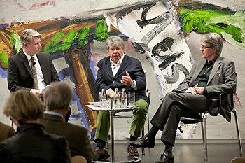 Drei Herren im Gespräch auf dem Podium