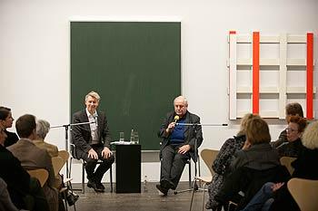 Zwei Herren im Gespräch auf dem Podium