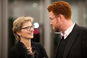 Eine Dame und ein Herr im Gespräch