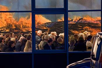 Die Besucher durch ein Fenster gesehen