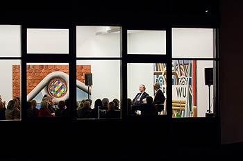 Blick von außen durch ein Fenster auf die Ausstellungsräume