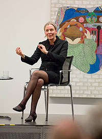 Marion Ackermann gestikuliert